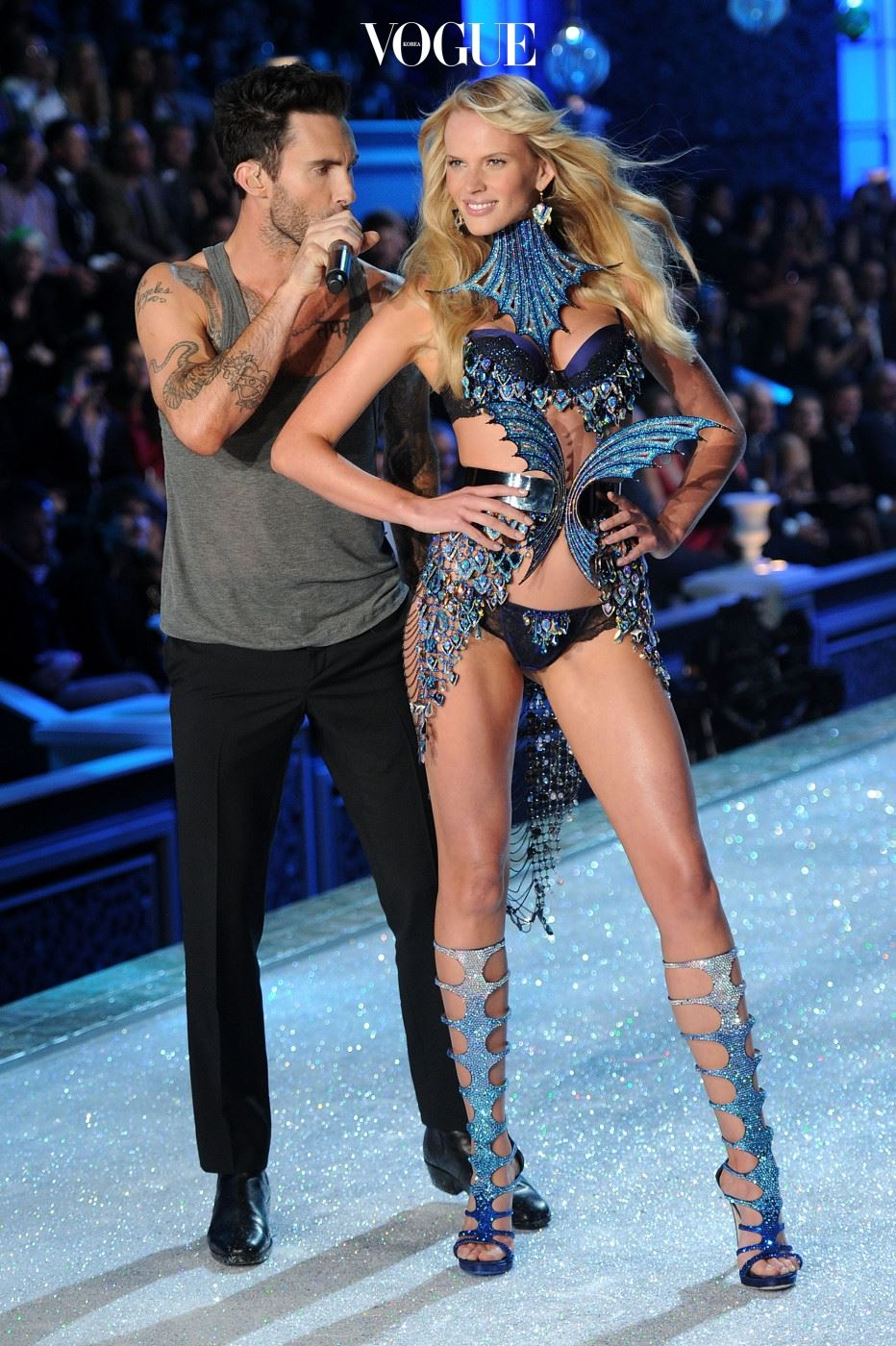 NEW YORK, NY - NOVEMBER 09:  Adam Levine of Maroon 5 performs with model Anne V during the 2011 Victoria's Secret Fashion Show at the Lexington Avenue Armory on November 9, 2011 in New York City.  (Photo by Jamie McCarthy/Getty Images)