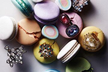 위부터 시계 방향으로)색색의 비즈가 박힌 실버 반지는 보테가 베네타(Bottega Veneta), 블루 스와로브스키 크리스털 장식 브라스 반지는 피 바이 파나쉬(P by Panache), 옐로 다이아몬드와 브라운 다이아몬드, 화이트 다이아몬드 장식 골드 링은 미네타니(Minetani), 오묘한 멀티 빛깔의 크리스털 장식 실버 반지는 우노 데 피프티(Uno de 50), 크리스털 장식 은색 브라스 반지는 마위(Mawi at Bbanzzac), 색색의 비즈와 원뿔 스터드 장식 반지와 초록색 크리스털 장식 반지는 구찌(Gucci), 자주, 블루 크리스털 장식의 오픈 링은 스와로브스키(Swarovski). 대리석은 윤현상재(www.younhyun.com).