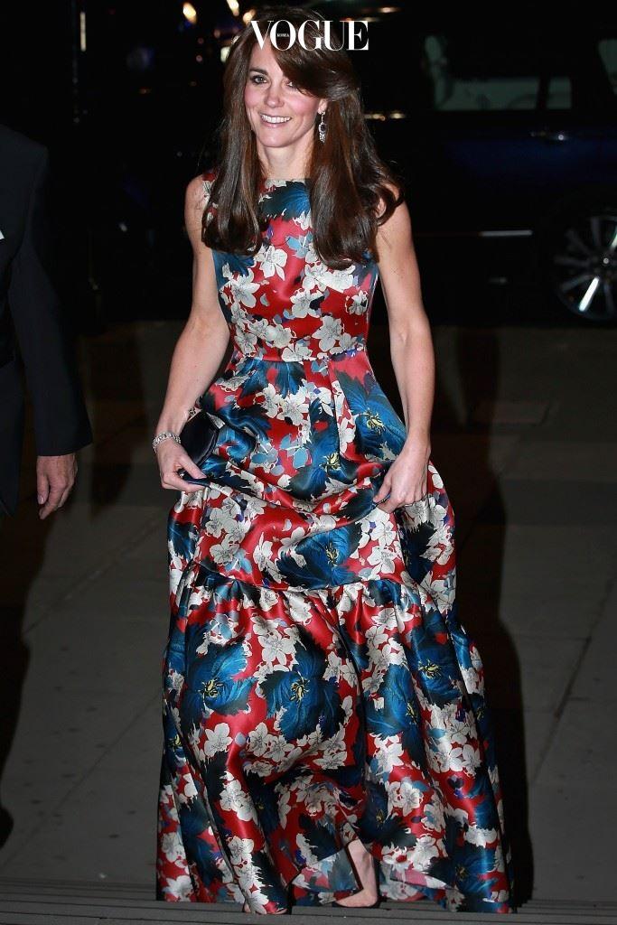 자선 갈라 파티에 참석할 때는 왕꽃무늬 드레스로 우아함을 드리우고 있죠.