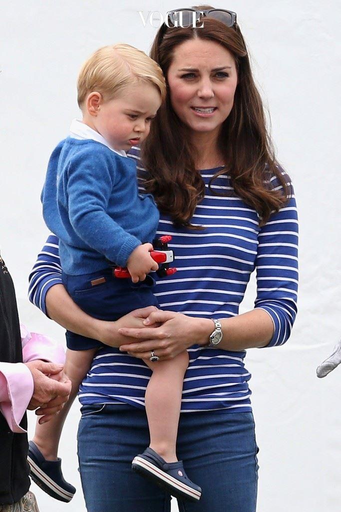 못 믿겠지만 그녀는 이미 조지 알렉산더 루이스(Prince George)를 낳은 엄마! 조지 왕자는 특유의 '살아있는' 표정으로 이미 전세계 이모 팬을 싹쓸이하고 있죠.