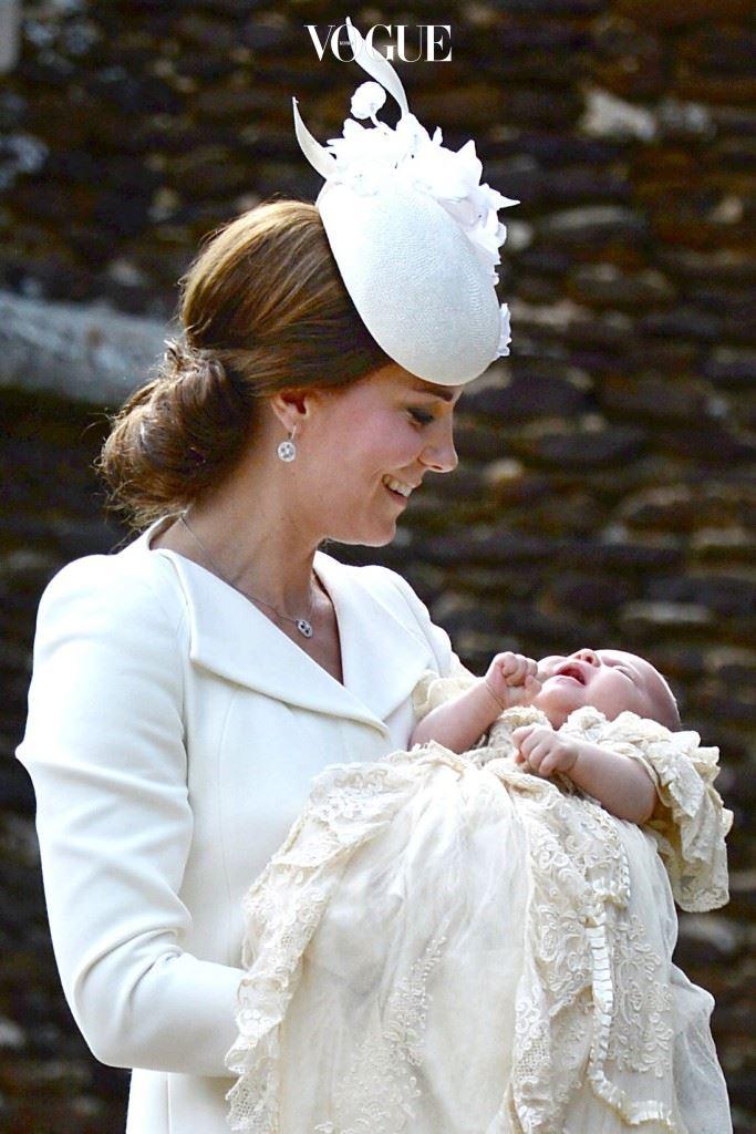 게다가 얼마 전엔 영국 왕실 25년만의 공주님인 샬롯 엘리자베스 다이애나(Princess Charlotte)까지 낳았다는 사실. (저 몸매가 아기 낳고 두 달 뒤….)