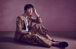 Man In Flower 빈티지 벽지 느낌의 꽃 장식 수트라면 남자의 봄은 더없이 로맨틱하다. 수트와 셔츠, 구두는 구찌(Gucci).