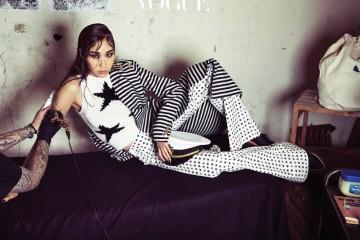 다양한 패턴 믹스! 금장 단추 장식의 스트라이프 코트와 빅 스타 모티브의 흰색 니트 조끼, 그리고 작은 별 문양의 와이드 세일러 팬츠가 멋지게 어울린다.