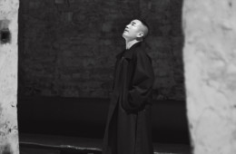 10년 전 피렌체 피티 우오모에서 패션쇼를 관람하던 '준지'의 정욱준이 2016 F/W 피티 우오모에 초대됐다. 은빛 피렌체의 낡은 기차역에 펼쳐진 준지의 패션 드라마.