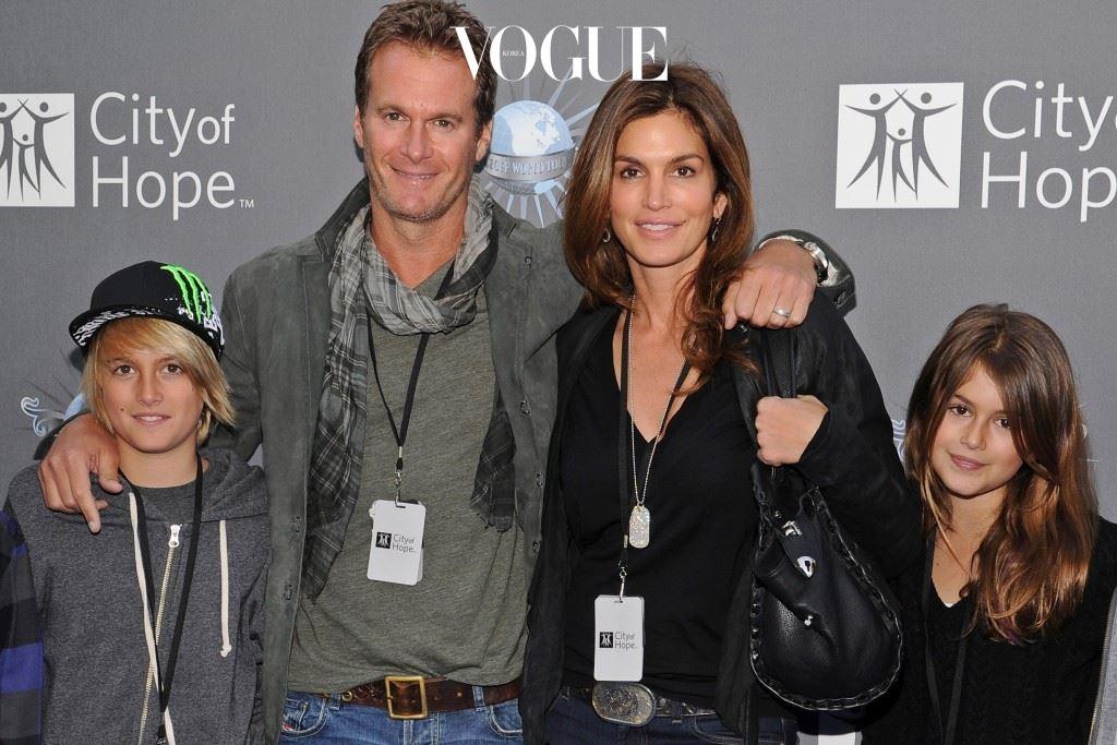 1990년대를 주름 잡았던 톱모델 신디 크로포드(Cindy Crawford)! 그녀에게는 막강 비주얼을 지닌 든든한 지원군이 있죠. 남편 랜디 거버(Rande Gerber), 아들 프레슬리 워커 거버(Presley Walker Gerber), 그리고 딸 카이아 조던 거버(Kaia Jordan Gerber).