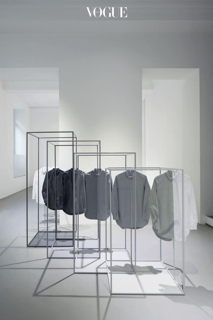 """""""우리의 상징적 화이트 셔츠의 경우 디자인도 각기 다르 고 그에 따라 옷감도 달라져요. 어떤 셔츠에선 실리콘 촉감이 약간 느껴지고 또 어떤 건 신축성이 있죠. 남성용 턱시도 셔츠를 변형한 셔츠는 빕 부분이 오간자 실크입니다. 그리 고 헤비 워시드 실크, 코튼 새틴 등등. 하나의 실루엣을 완성하기 위해 아주 많은 피팅 과 정을 거치는 건 기본입니다."""""""