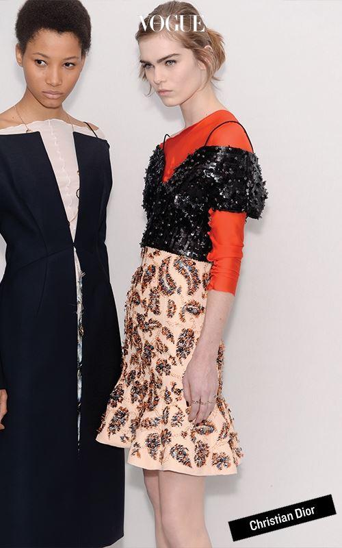 크리에이티브 디렉터가 부재한 디올 쇼의 쇼 노트에는 '동시대 여성들이 꾸뛰르를 현대적인 방식으로 입는 것'에 대해 설명하고 있었다. 단정하기보다 일상복처 럼 입으라는 얘기다. 그 방식은 티셔츠와 드레스를 겹쳐 입거나 어깨 아래로 흘러내린 숄더 스트랩을 내버려두는 것이다. 시도는 그럴듯했지만 모든 룩과 스타일링이 기시감을 불러일으킨다는 게 결정적 문제였다.