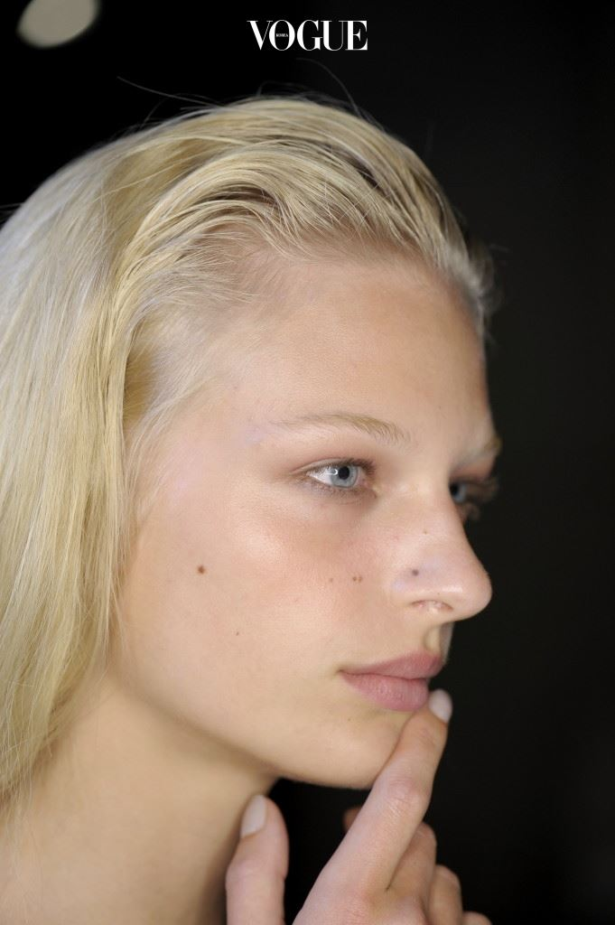 1 클렌저 선택알갱이가 들어 있는 클렌저는 각질 제거를 돕는 멀티 제품으로 일석이조의 효과를 낼 수 있 다. 그러나 물리적 자극으로 인해 예민한 피부엔 오히려 역효과. 이런 민 감성 피부는 클렌징 밀크나 로션처럼 부드러운 질감을 권한다. 지성 피부 라면 클렌징 오일만큼은 피하시길. 오일 성분이 모공을 막아 좁쌀 여드름을 유발하니까. 건조하거나 민감한 피부라 면 조금 답답할진 몰라도 거품이 잘 안 나는 마일 드 클렌저에 익숙해지시라.