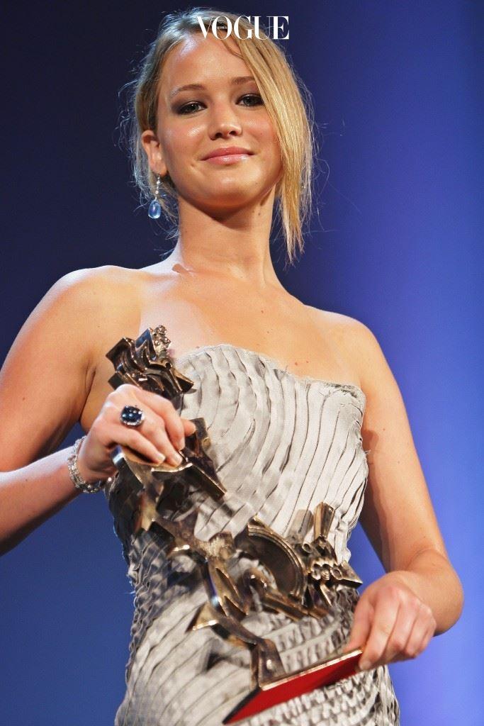 로 2008년 제65회 베니스국제영화제 신인연기상을 수상하며 연기력을 인정받기 시작한 제니퍼는,