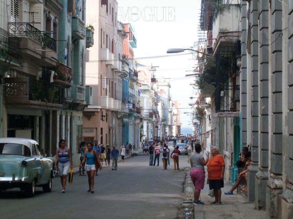 자연뿐만 아니라, 거리에서 순간순간 마주치는 광경, 세계 어느 곳에서도 다시 보기 어려운 낡은 석조 건물, 원색의 올드 카, 무엇보다 쿠바의 시민들이 아름다웠다. 쿠바는 사람들도 말로는 표현하기 어려 울 정도로 아름답고 매력적이다. 그 사실을 쿠바 시민들이 알고 있을까. 언젠가 노을에 물든 구름이 너무 아름다워, 차도 를 건너려고 함께 기다리던 쿠바인에게 말을 건 적이 있다.