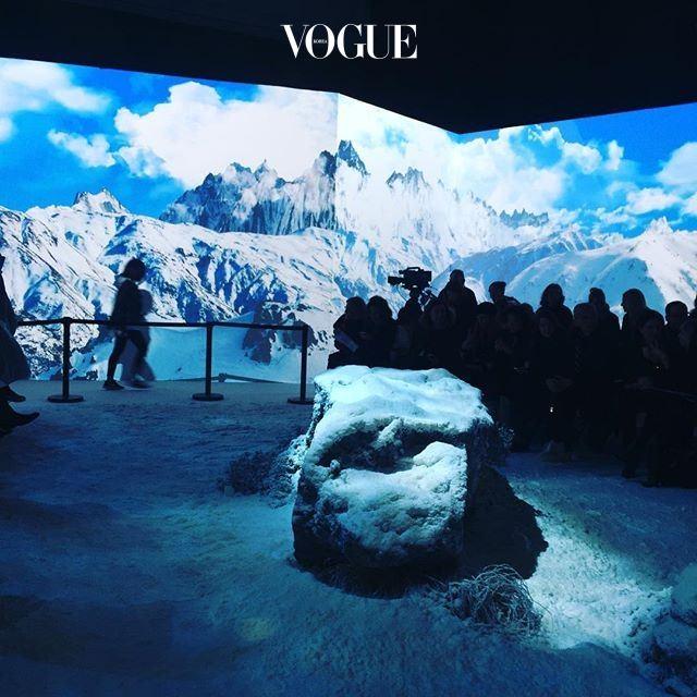 눈이 시시때때로 쏟아지던 이번 파리 패션위크. 그 마지막 날, 몽클레르 감므루즈 쇼장은 말그대로 눈밭이로군요.