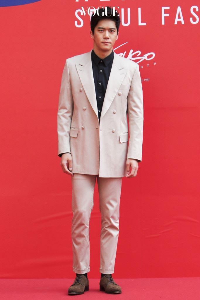 """No 1. 하석진 """"스타일도 진지하게"""" 정갈한 베이지색 수트에 남색 셔츠를 매치한 뒤 브라운 스웨이드 슈즈로 그 누구보다 진지美를 연출한 남자. 카루소(Caruso)"""