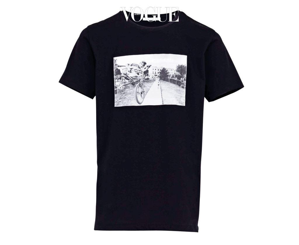 """이안 데이비드 베이커(Ian David Baker)의 작품이 프린트된 티셔츠 """"몇 년 전 이안 작품을 잡지에서 처음 봤다. 지금은 워크숍을 위해 협업하는 사이로 발전했다."""""""