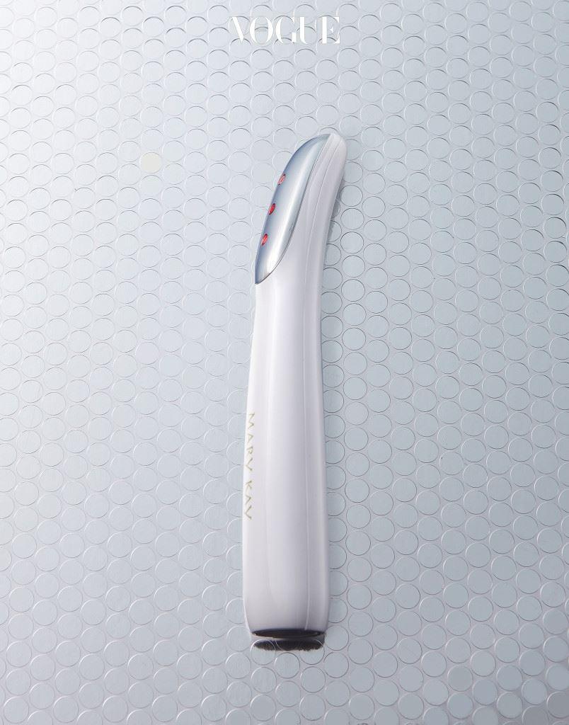 MARY KAY ION MASSAGER 양이온 모드에서는 클렌징 후 피부에 남은 잔여물을 제거하고, 음이온 모드로 전환하면 스킨케어의 흡수를 돕는다. 열 기능을 함께 쓰면 모공도 이완된다. 레드 LED? 탄력을 높이는 용도.