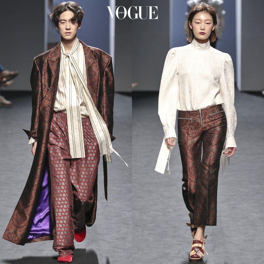 중세시대로 타임머신 브로케이드 소재의 파자마 스타일로 느긋하게 귀족 느낌 만끽하는 커플.