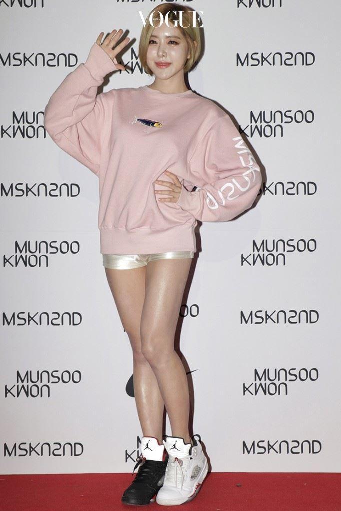 DJ 소다 파스텔 핑크색 맨투맨 티셔츠에 광택 소재 마이크로 쇼츠를 매치한 뒤 색상이 다른 하이톱 스니커즈를 더했다. 문수권(MUNSOO KWON)