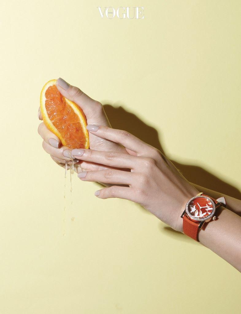 원형의 다이얼 안에 새장을 떠나는 비둘기 아플리케를 장식한 오렌지 컬러 시계는 쇼메(Chaumet),