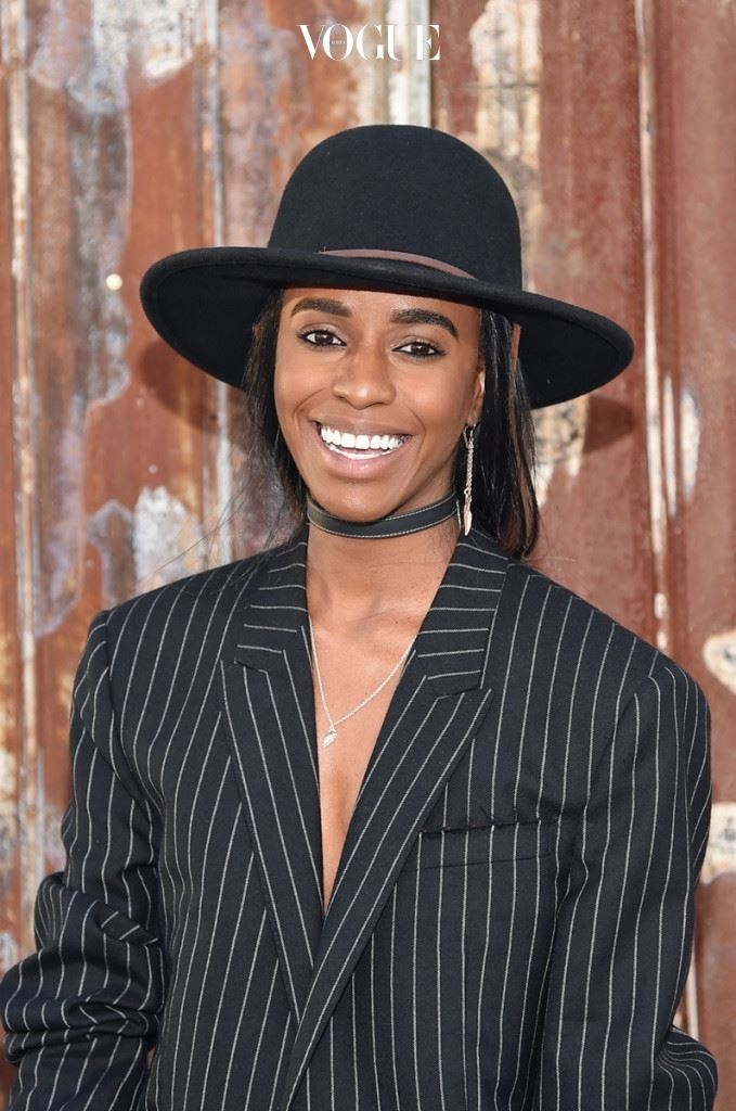 """150개가 넘는 모자를 지닌 그녀가 가장 아끼는 아이템은 지방시의 아카이브 재킷, 생로랑의 컴뱃 부츠. """"일반인들보다 두 단 계 위에 있는 기분이 드는 아이템이 좋아요. 아무 도 절 따라 할 수 없게 말이죠."""""""