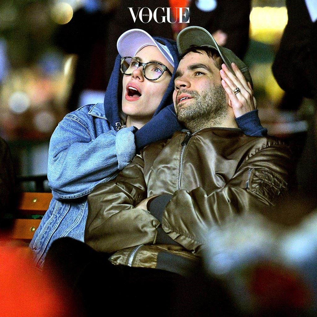 공감하지 마 반전: 그 흔한 '안경, 모자, 후드 티셔츠'의 삼단 조합이거늘, 무엇이 우리네랑 이렇게 다른 비주얼을 내는 건지 납득되지 않을 수 있음. 스칼렛 요한슨(Scarlett Johansson)/로메인 도리악(Romain Dauriac)