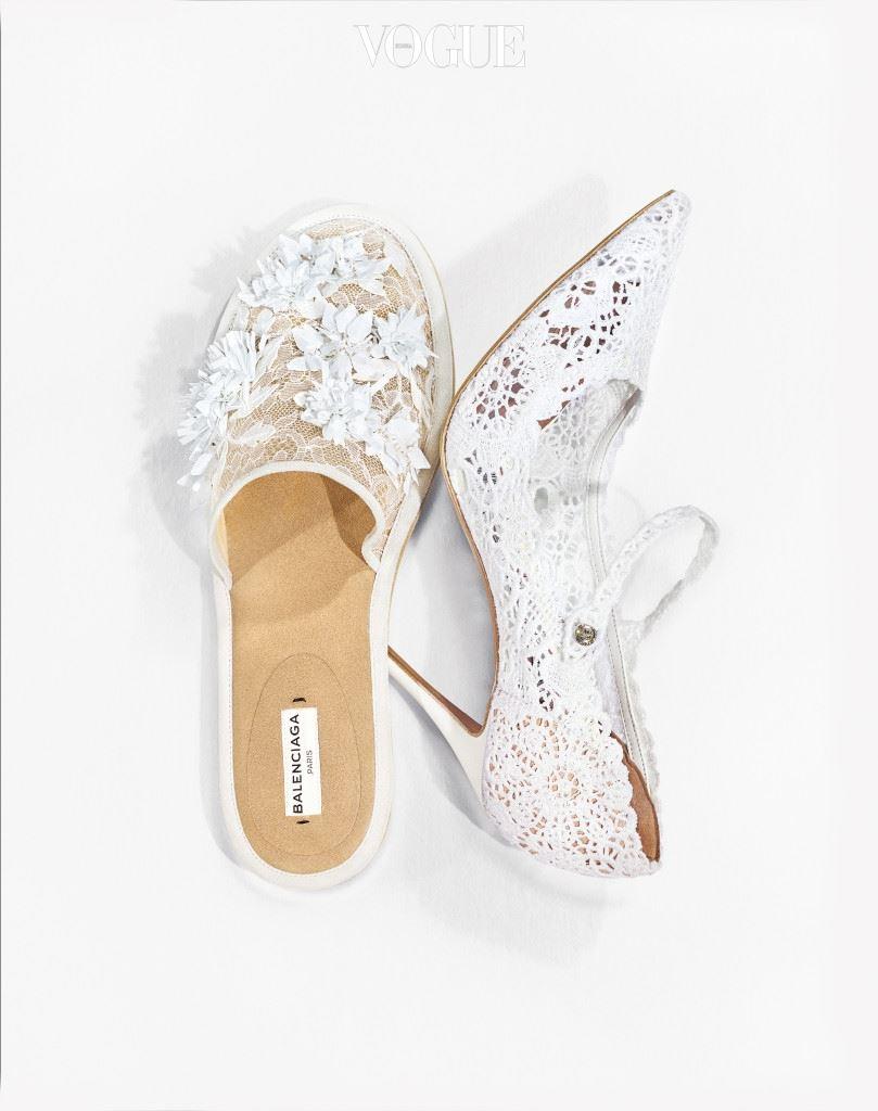 흰색 레이스 슬리퍼는 발렌시아가(Balenciaga), 크로셰 레이스 소재의 메리제인 슈즈는 타비타 시몬스(Tabitha Simmons).