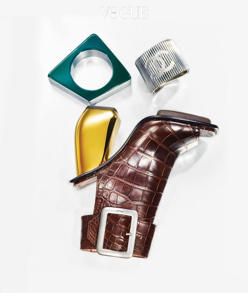 더블 C 로고 장식 커프스는 샤넬(Chanel), 청록색 뱅글은 마르니(Marni), 악어가죽 구두는 발리(Bally).