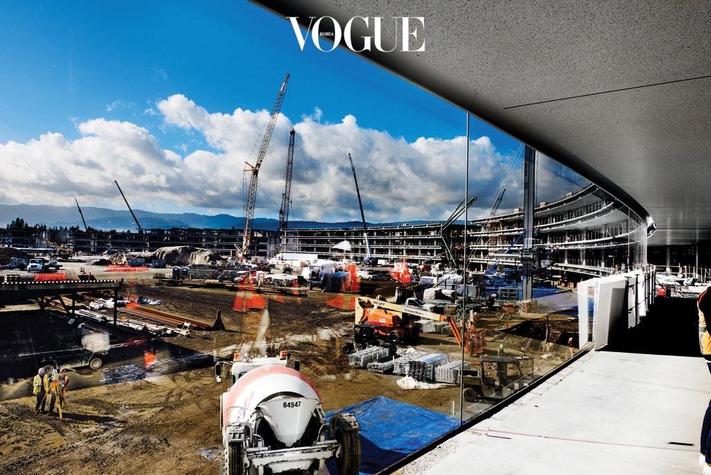 "IN THE ROUND 50억 달러가 투입된 26만여㎡ 크기의 건물은 본래 지난 2009년 스티브 잡스가 의뢰한 것이다. 건축가 노먼 포스터는 그때를 회상하듯 ""전화상으로 즐거운 대화를 나눴습니다""라고 말한다"