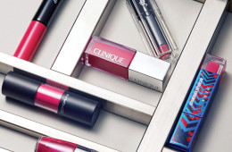 메이크업 포에버 '아티스트 아크릴 립'은 아크릴 물감을 바른 듯 선명한 발색을 뽐내는 립글로스. 색조 전문 브랜드답게 유리알 광택 역시 끝내준다. 유리 케이스에 담긴 겔랑 '라 쁘띠 로브 느와르 딜리셔스 샤이니 립 컬러'는 '라 쁘띠 로브 느와르' 향수에서 영감을 받아 탄생했다. 립스틱이지만 립글로스 못지않은 촉촉함에 달콤한 향기는 보너스. 한 번의 터치로 매끄럽고 탐스러운 입술을 완성하는 크리니크 '팝 컬러'는 일곱 가지 컬러. 맥 '버시컬러 스테인'의 컬러 레인지는 무려 열여섯 가지로 골라 쓰는 재미가 있다. 랑콤 '쥬시 쉐이커'의 애칭은 '칵테일 틴트'. 오일층과 피그먼트층을 위아래로 흔들어 섞어 쓰는 방식이다. 마지막으로 헤라의 신상은 조금 특별하다. 런던 슈즈 디자이너 니콜라스 커크우드가 디자인한 파란 꽃 문양 '루즈 홀릭 리퀴드'는 지금이 아니면 구할 수 없다.