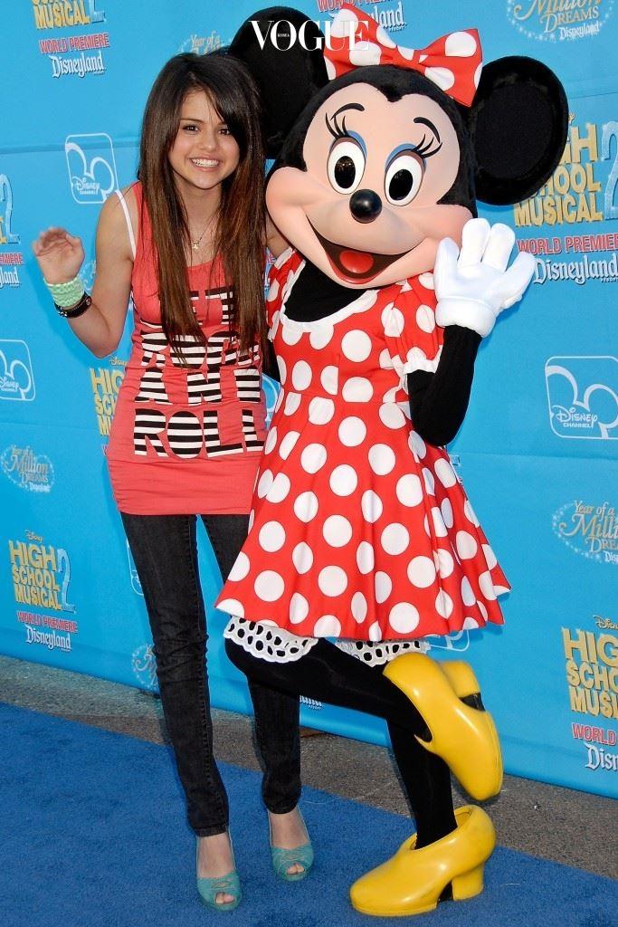 2004년, 디즈니 채널에 스카우트된 후 드라마 '한나 몬타나(Hannah Montana)'의 단역으로 등장. 2007년, '우리 가족 마법사(Wizards Of Waverly Place)'의 주연으로 인기를 얻기 시작하며 이름을 알리게 되죠.