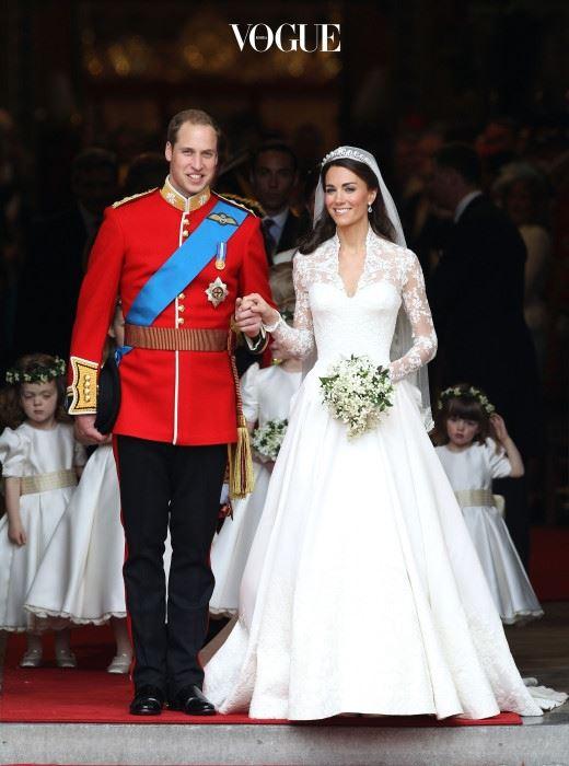 케이트 미들턴(Kate Middleton) 전세계에서 20억 인구가 생중계로 지켜본 세기의 결혼식! 영국의 윌리엄 왕자와 케이트 미들턴의 결혼식입니다. 케이트가 고른 건 알렉산더 맥퀸의 사라 버튼이 디자인한 드레스. 이후 많은 셀럽들이 그녀와 비슷한 웨딩드레스를 입었습니다.
