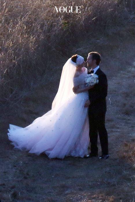 앤 해서웨이(Anne Hathaway) 영화 를 인연으로 절친이 된 앤 해서웨이와 발렌티노. 발렌티노는 앤을위해 밑단을 핑크빛으로 물들인 드레스를 선물했습니다. 드레스를 자세히 보고 싶다면? ▶ http://www.vogue.co.kr/?p=26407