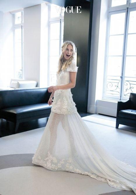 포피 델레바인(Poppy Delevingne) 카라 델레바인의 언니이자 패션 사교계 유명 인사인 포피 델레바인은 제임스 쿡과 런던, 모로코에서 두 번의 결혼식을 올렸죠. 첫 번째 런던 결혼식에서 입은 드레스는? 1만개 비즈와 3만개 플라스틱 꽃으로 장식된 샤넬 꾸뛰르 드레스!