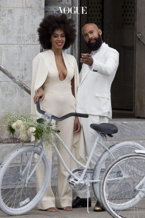 솔란지 노울스(Solange Knowles) 솔란지 노울스는 스테판 롤랑드의 점프수트를 입고 식장에 나타났습니다. 자전거에도 하얀 스프레이를 뿌린 쿨한 신부! 결혼식 때는 움베르토 레온이 디자인한 겐조 드레스로 갈아입었지만요.