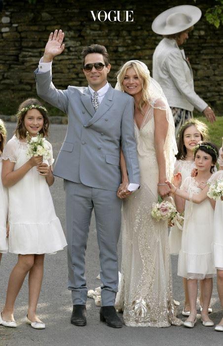 케이트 모스(Kate Moss) 케이트 모스는 2011년 제이미 힌스와의 결혼식에서 존 갈리아노가 그녀를 위해 특별히 만든 드레스를 입었습니다. 2014년에 V&A 뮤지엄에 전시되기도 했었죠. 수 년간 존 갈리아노의 드레스를 입어온 케이트는 웨딩드레스가 그 어떤 옷보다도 편했다는 군요.