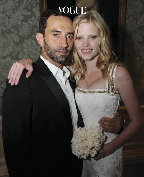 라라 스톤(Lara Stone) 코미디언 데이빗 윌리엄스와 결혼을 한 라라 스톤. 의리남 리카르도 키시는 절친 라라를 위해 세상에 하나 뿐인 웨딩드레스를 만들었습니다.