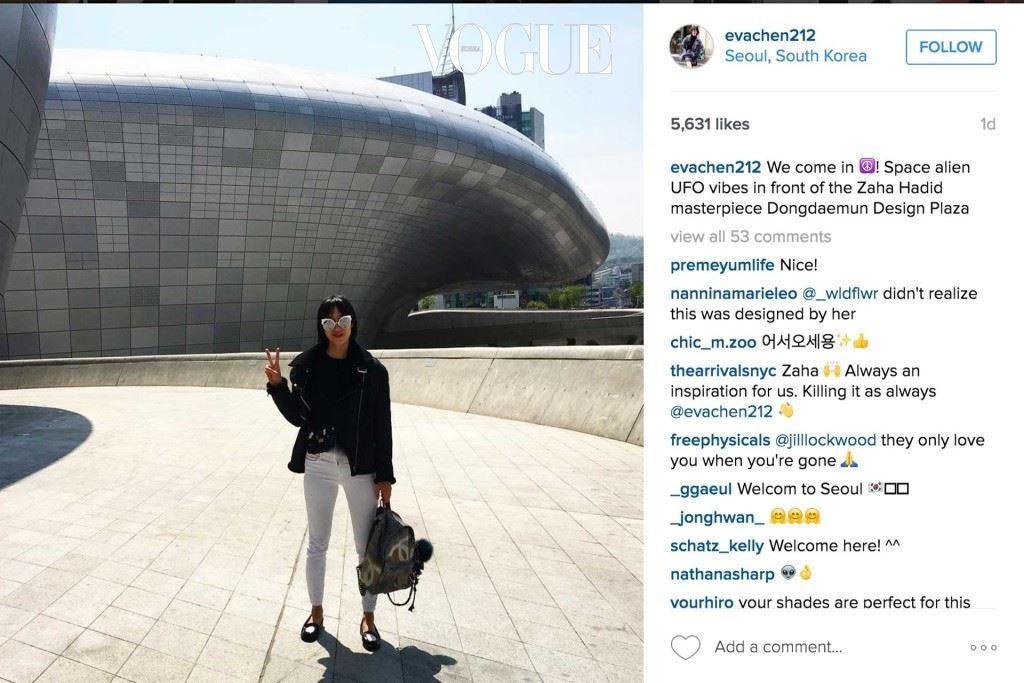 인스타그램의 에바 첸이 서울 DDP 바깥에 서있다.