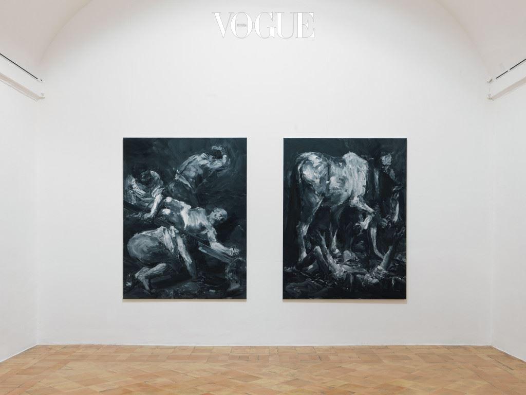 하지만 프랑스 디종의 미술 대학에서 공부하고 1993년부터 다음 해까지 나폴레옹이 설 립한 로마의 프랑스 아카데미 빌라 메디치(Villa Medici)에 체 류하면서 다채로운 동서양의 문화와 역사에 깊이 빠져들었고, 중요한 역사적 상황이나 장면이 포함되거나 암시하는 회화인 그랑 장르(Grand Genre)를 대표하는 화가가 되었다. 그런 그 가 젊은 시절의 추억이 담긴 빌라 메디치로 돌아와 라 는 제목으로 개인전을 열고 있다. 로마를 공통분모로 가진 15 점의 작품을 오직 이번 전시만을 위해 제작했다. (사진)카라바지오에게 영감을 받은 작품 '십자가에 처형당하는 성 베드로(La Crucifixion de Saint Pierre)', '성 바오로의 개종(La Conversion de Saint Paul)'.(2015)