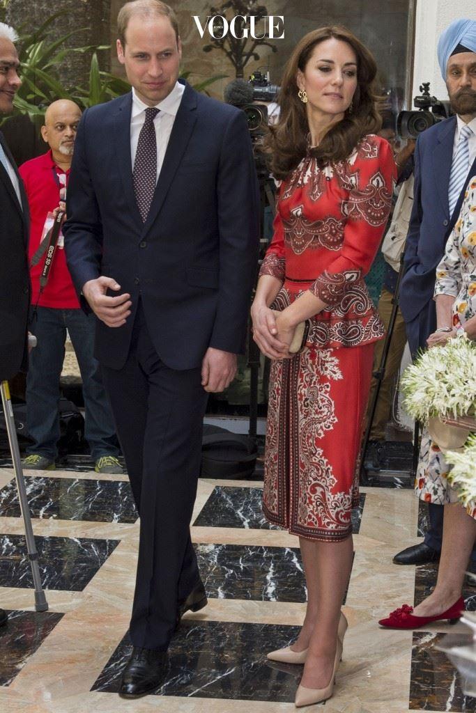 알렉산더 맥퀸(Alexander McQueen)의 펩플럼 블라우스와 스커트, £1,300. 카산드라 고드(Cassandra Goad)의 이국적인 골드 귀고리, £1,495. 러셀 앤 브롬리(Russell & Bromley)의 클러치, £165.