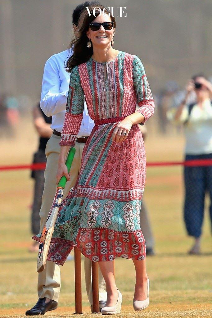 뭄바이 태생의 디자이너 아니타 동그리(Anita Dongre)의 페전트풍 드레스, £140. 액세서라이즈(Accessorize)의 드롭 귀고리, £8. 몬순(Monsoon)의 웨지힐, £45.