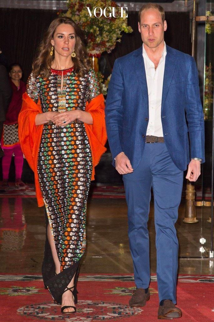 토리 버치(Tory Burch)의 컬러풀 자수 드레스, £1,100.  피켓 런던(Pickett London)의 오렌지색 파시미나, £275.