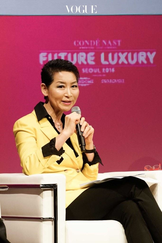 MCM과 성주그룹의 김성주 회장이 K문화의 성공에 대한 포럼을 이끌고 있다.