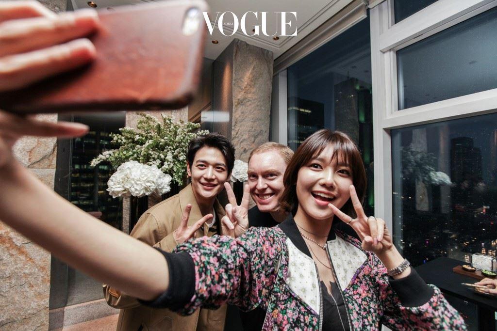 국내의 패션 인플루언서들과 함께한 이날,  소녀시대 수영부터 샤이니 민호, 배우 김지석, 가수 이범수 등 톱 셀러브리티들의 모습도 포착됐죠.