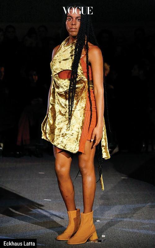 우정과 패션이 만나 새 에너지가 탄생하는 시대. 그 서막을 연 건 지난 2월 15일. 뉴욕의 젊은 디자인 듀오, 엑하우스 라타 (Eckhaus Latta)는 늦은 시간 패션 위크의 소음이 가득한 맨해튼 이 아닌 롱아일랜드에 자리한 PS1(뉴욕 MoMA의 별관 정도)에서 쇼를 선보였다. 트랜스젠더 아티스트인 줄리아나 헉스 테이블(Juliana Huxtable)의 뒤를 이어 건축가 미기 후드(Miggi Hood)가 걸어 나오고, 전문 모델이 그 뒤를 잇는 방식. 디자이너인 마이크 엑하우스와 조이 라타의 친구, 아티스트 그리고 직업 모델이 섞여 나온 풍경은 지금 젊은 세대가 바라는 동시대적 이미지 그 자체였다.