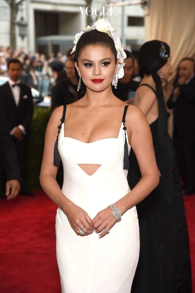 셀레나 고메즈(Selena Gomez, 2015) 흰 백합으로 머리를 장식한 셀레나 고메즈. 머리에 꽃을 달아도 예쁘죠?