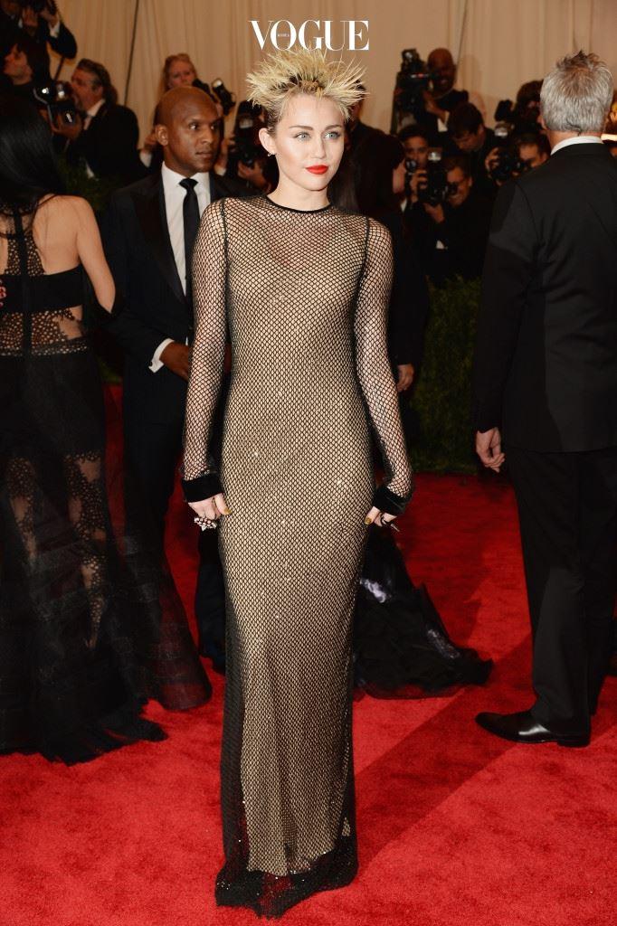 마일리 사이러스(Miley Cyrus, 2013) 마일리의 파격 변신! 짧게 자른 금발 머리를 삐죽삐죽하게 올려 스프레이로 고정했네요. 누드 톤의 마크 제이콥스 드레스와도 잘 어울리죠?