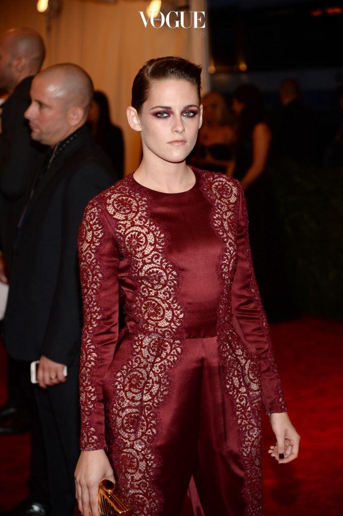 크리스틴 스튜어트(Kristen Stewart, 2013) 의상 색상과 맞춘 검붉은 섀도가 인상적!
