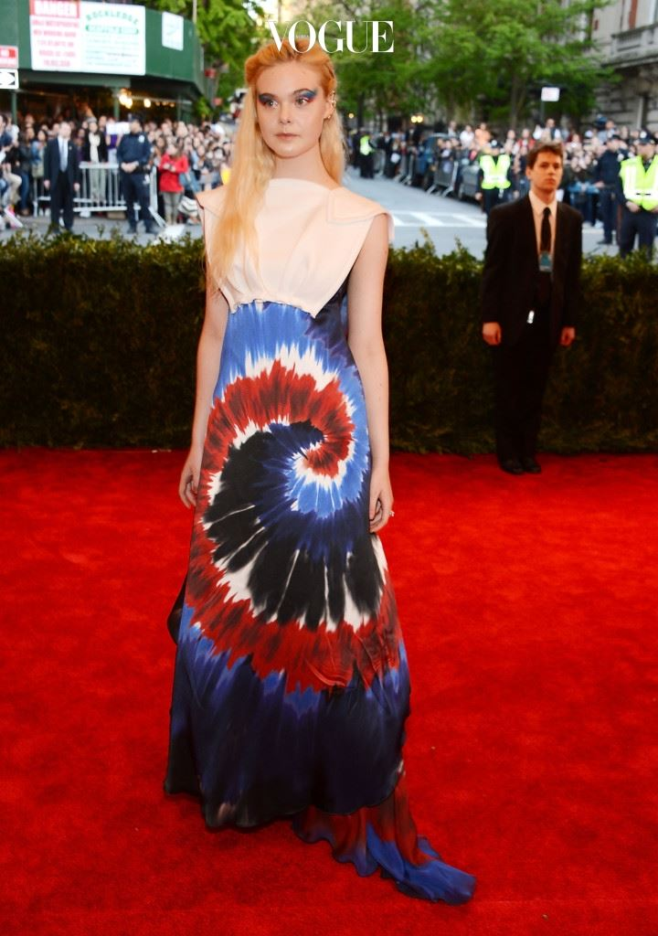 엘르 패닝(Elle Fanning, 2013) 엘르 패닝은 드레스 컬러와 맞춘 핑크, 블루 섀도로 대범한 아이 메이크업을 시도했습니다. 한 마리의 공작새 같죠?