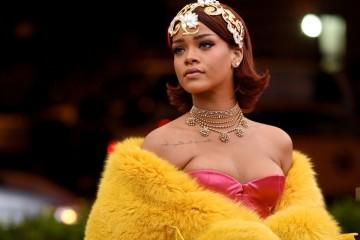 리한나(Rihanna, 2015) 2015 멧 갈라의 하이라이트, 구오 페이가 디자인한 리한나의 샛노란 드레스! 위로 뻗은 일자 눈썹과 헤드피스도 인상적이었습니다.