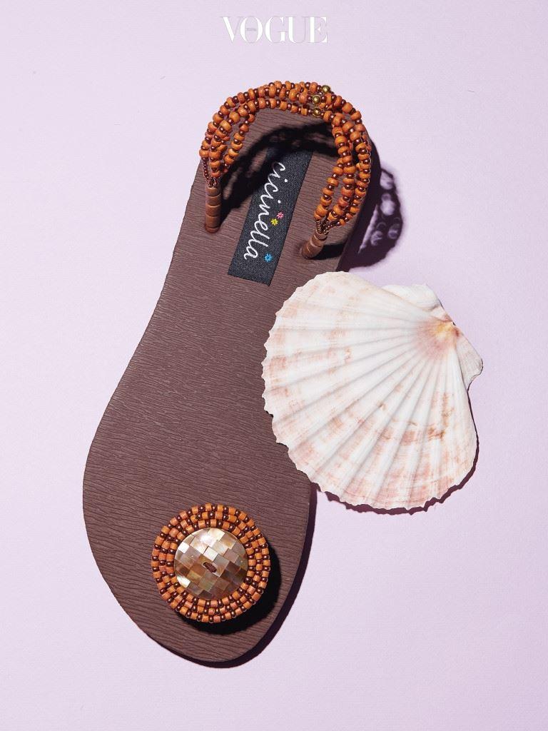 플립플랍만큼 편하고 시원한 신발이 또 있을까. 굳이 고질적 문제를 거론한다면, 지나치게 '캐주얼'하게 보인다는 것?