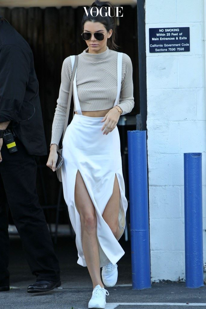 가장 대표적인 디자인은 길이가 긴 맥시스커트의 허벅지 끝까지 트임을 준 것으로, 켄달 제너(Kendall Jenner)