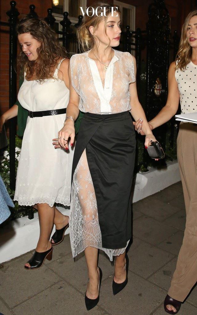 레이스 드레스 위에 랩스커트를 더해 은밀하면서도 섹시한 분위기를, 앰버 허드(Amber Heard)